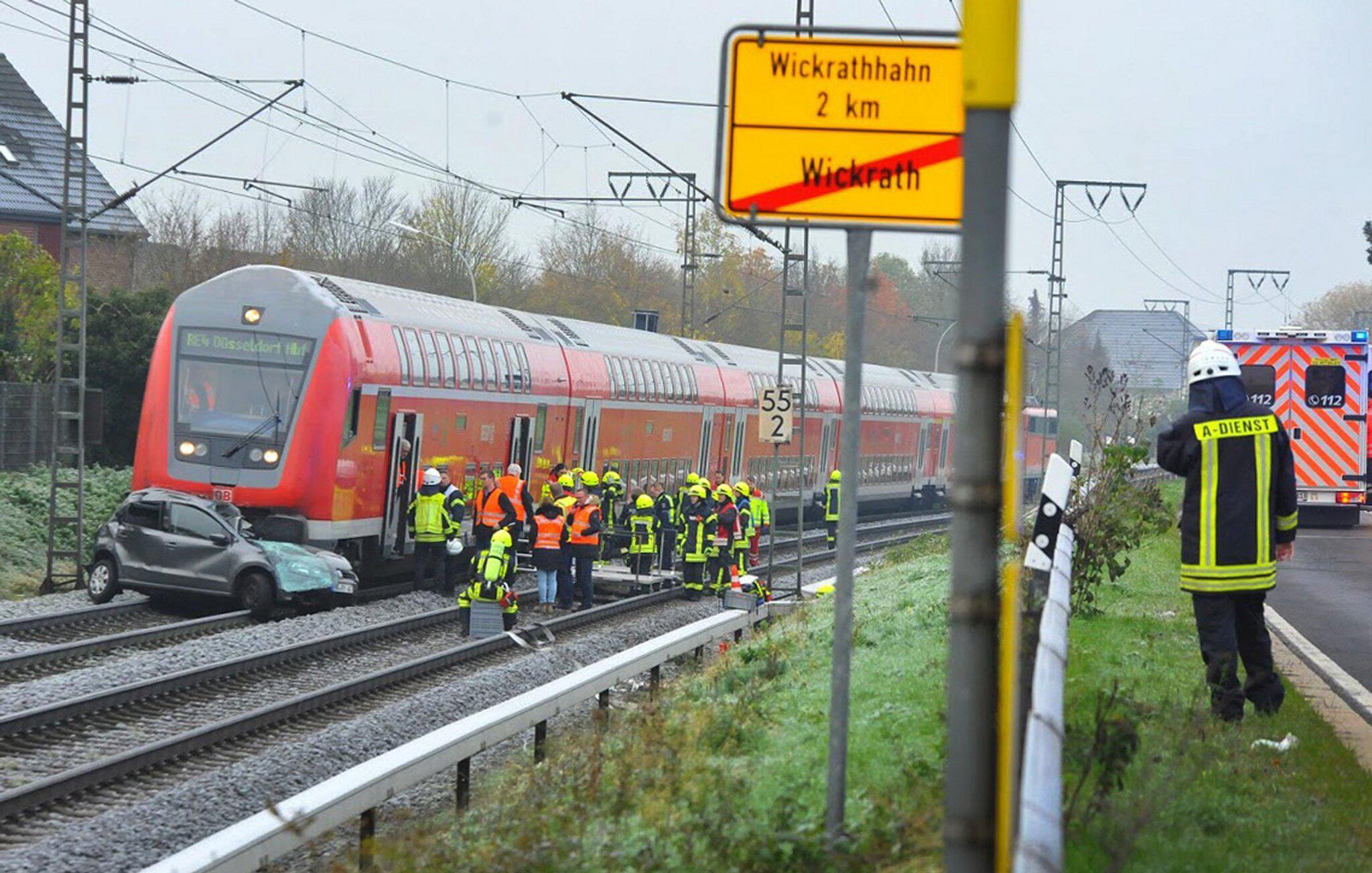 Bild zu Auto prallt mit Regionalzug zusammen