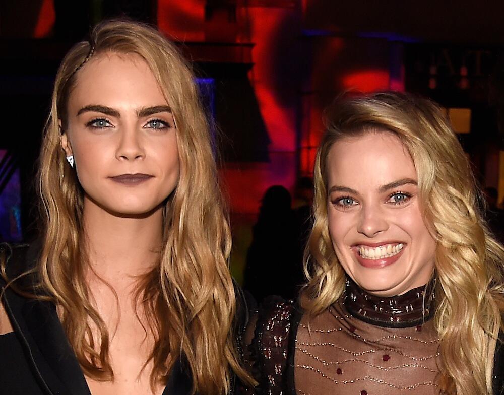 Bild zu Cara Delevinge und Margot Robbie bei einer Veranstaltung in Burbank, Kalifornien