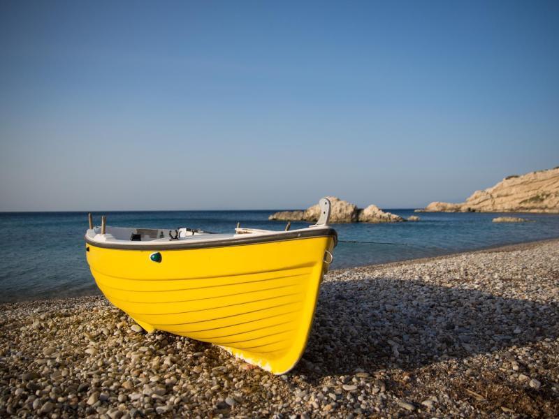 Bild zu Ein gelbes Ruderboot auf der Insel Samos