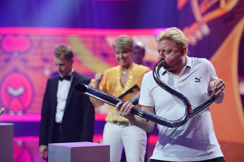 Bild zu Boris Becker trötet in den Auspuff