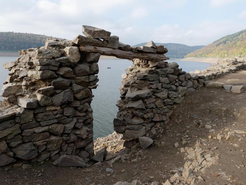 Bild zu Alte Grundmauer am Edersee
