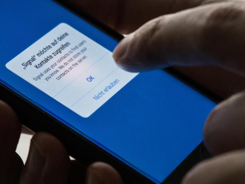 Bild zu Finger auf Handy-Bildschirm
