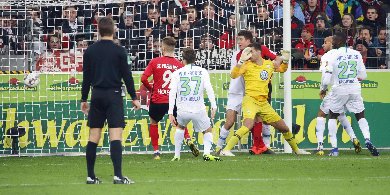 Bild zu Bundesliga, Freiburg, Wolfsburg, Brych, Schiedsrichter