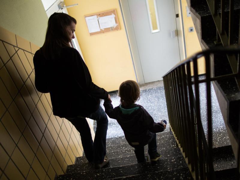 Bild zu Mutter und Kind auf einer Treppe