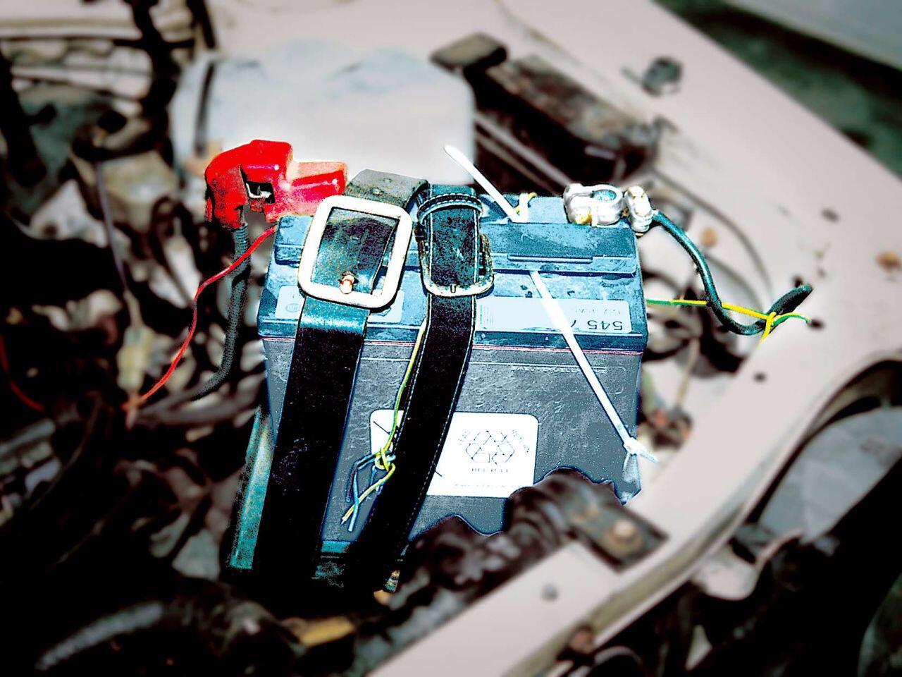Bild zu Kreativität kennt keine Grenzen: Die Batterie wird nur von zwei Gürteln gehalten