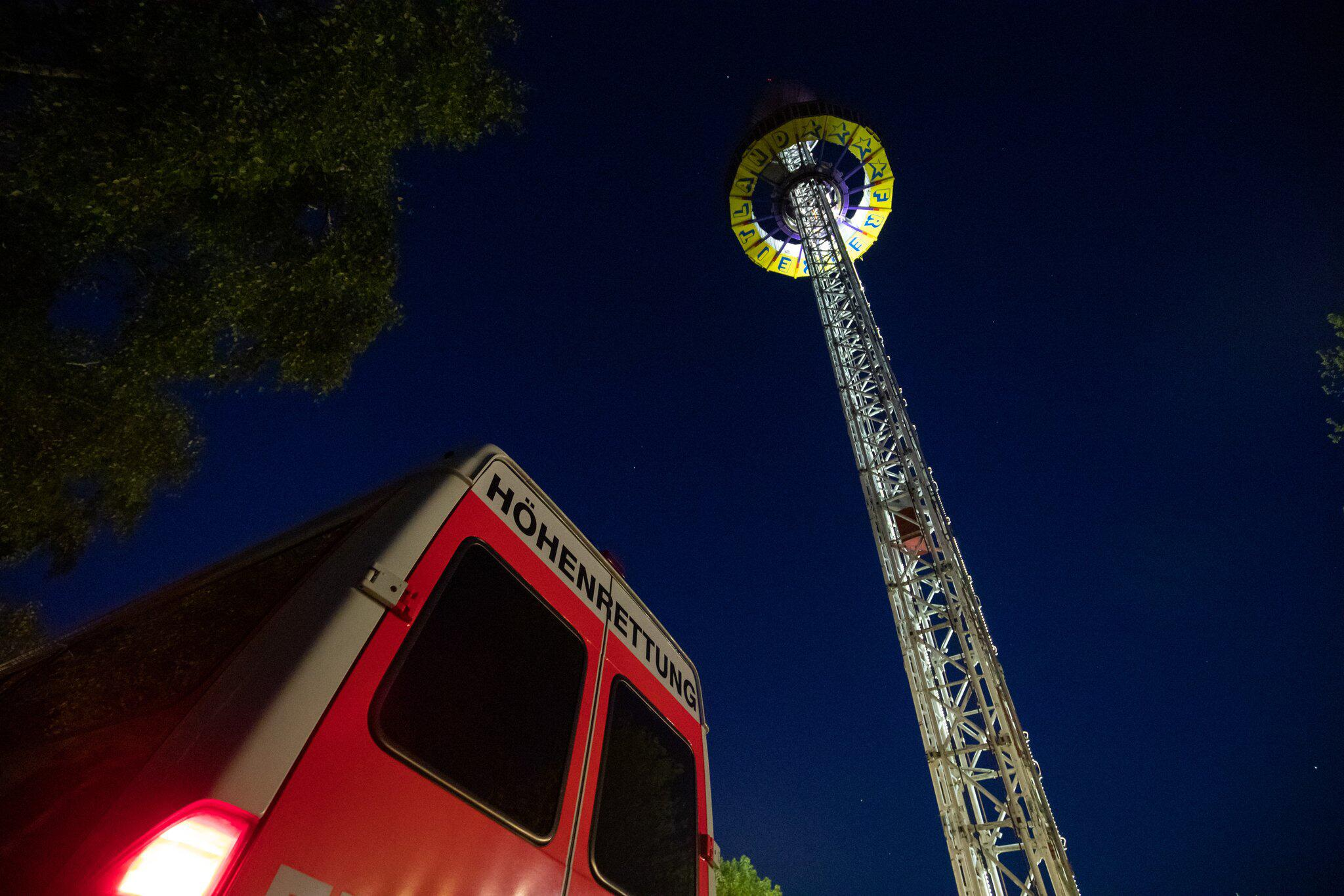 Bild zu Freizeitpark-Besucher bleiben in 60 Meter Höhe stecken