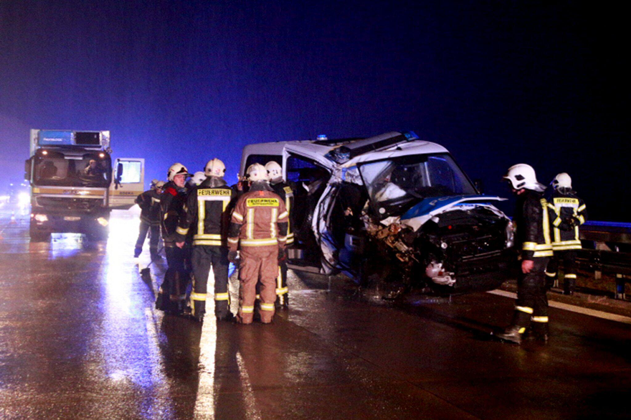 Bild zu Polizeiauto rammt Lkw in Rettungsgasse