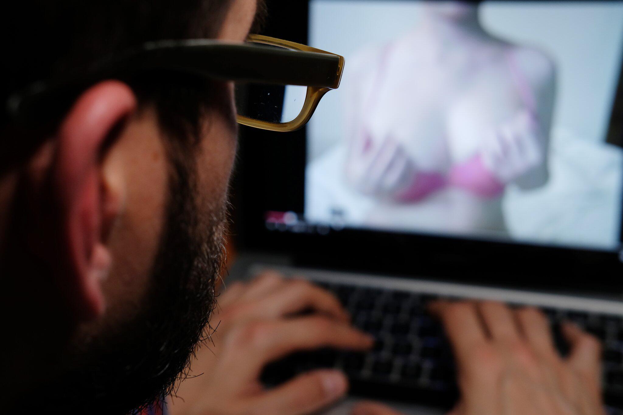 Bild zu Pornofilm auf dem Laptop