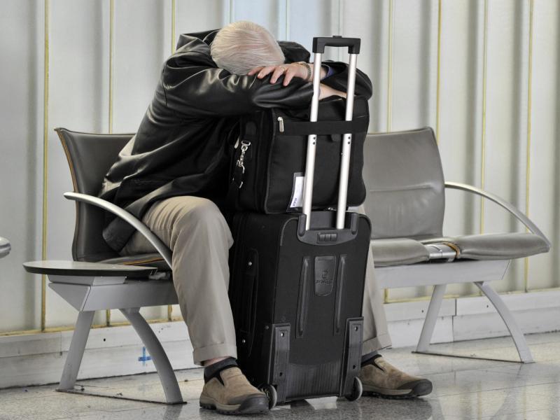 Bild zu Mann mit Koffer