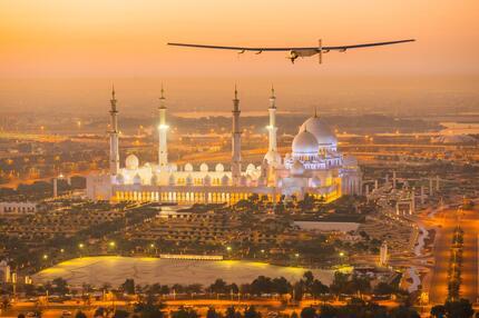 """Die """"Solar Impulse 2"""" überfliegt die Moschee Sheikh Zayed in Abu Dhabi"""
