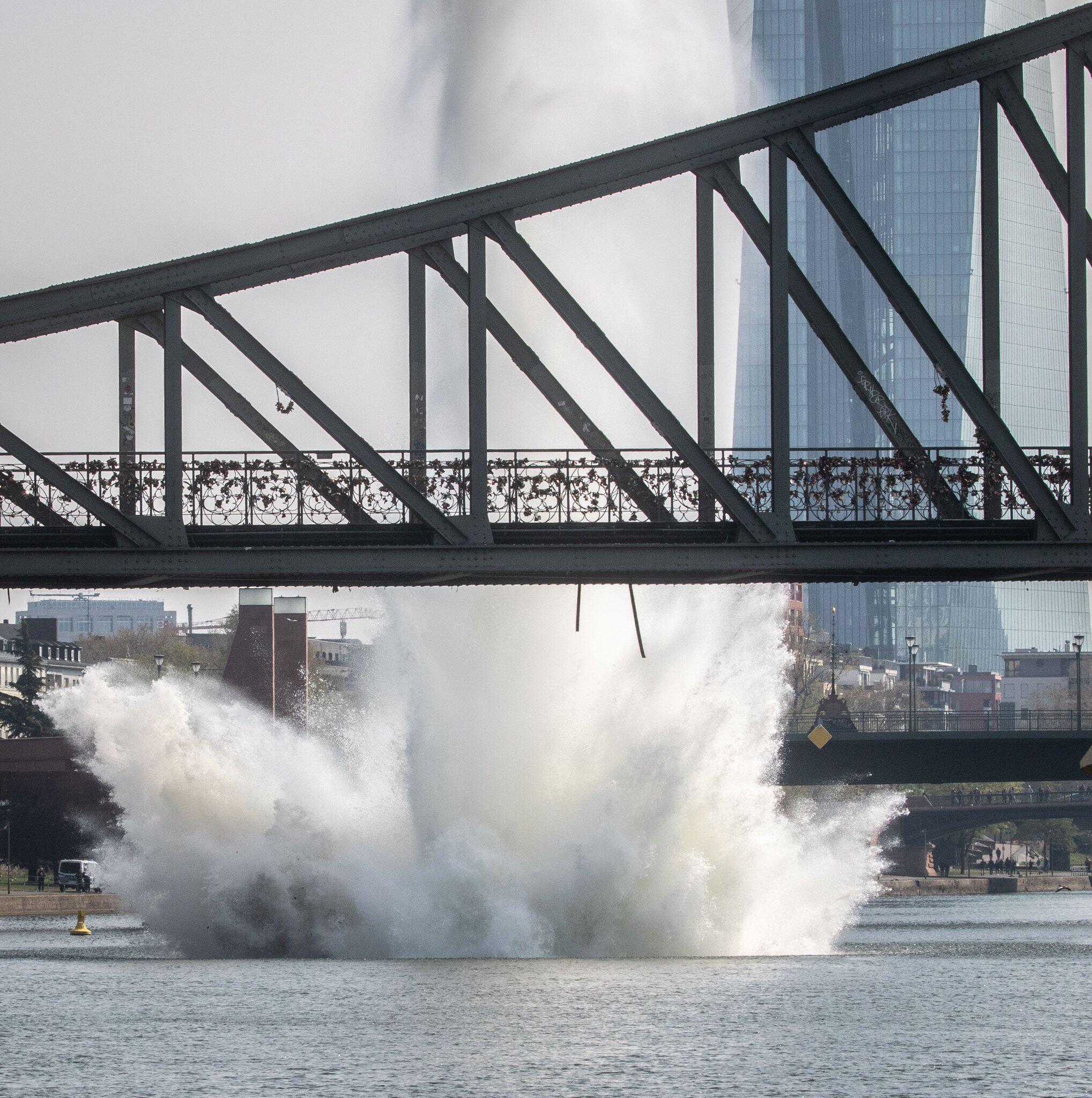 Bild zu Frankfurt am Main, Frankfurt, Weltkriegsbombe, Sprengung, Main, Bombe, Eiserner Steg