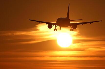 Flugzeug in der Abendsonne