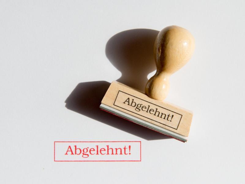 Bild zu Stempel mit der Aufschrift «Abgelehnt»