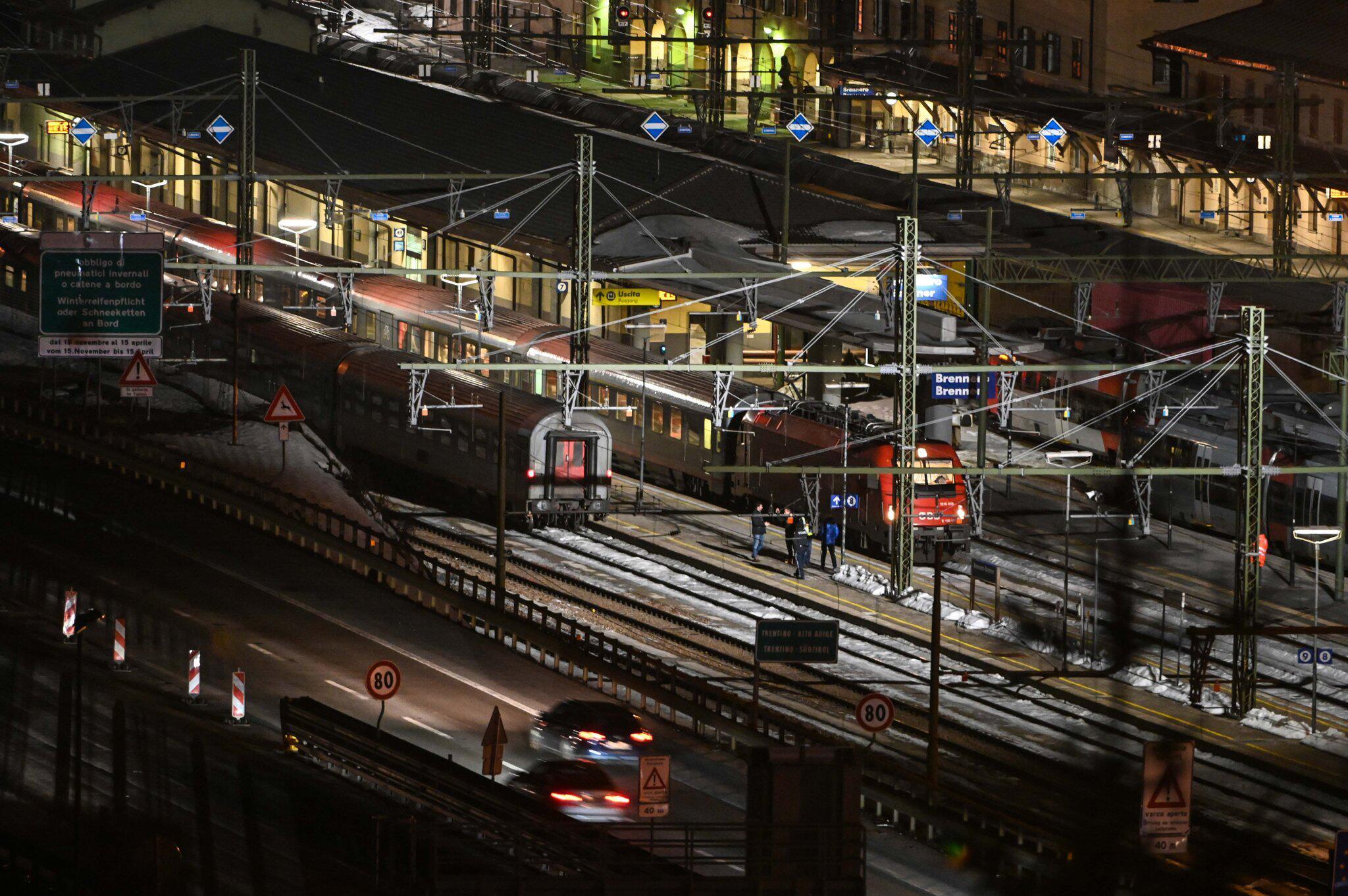 Zug steht am Brenner nach Corona-Verdachtsfall stundenlang