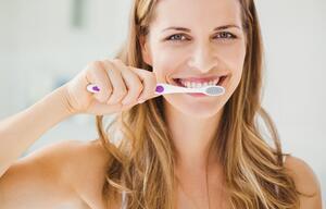 Frau putzt sich die Zähne.