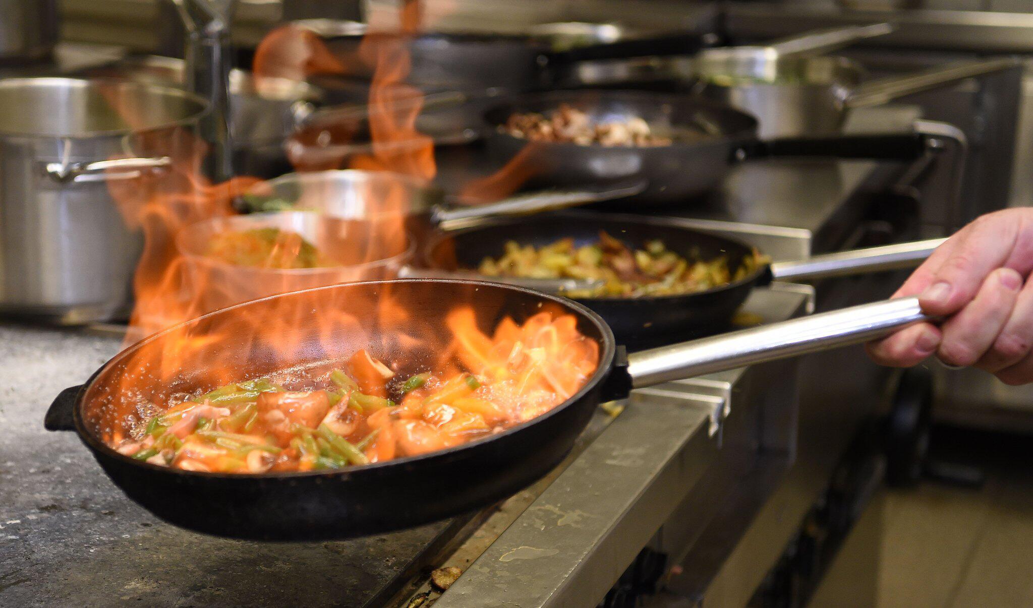 Bild zu Koch flambiert Gemüse