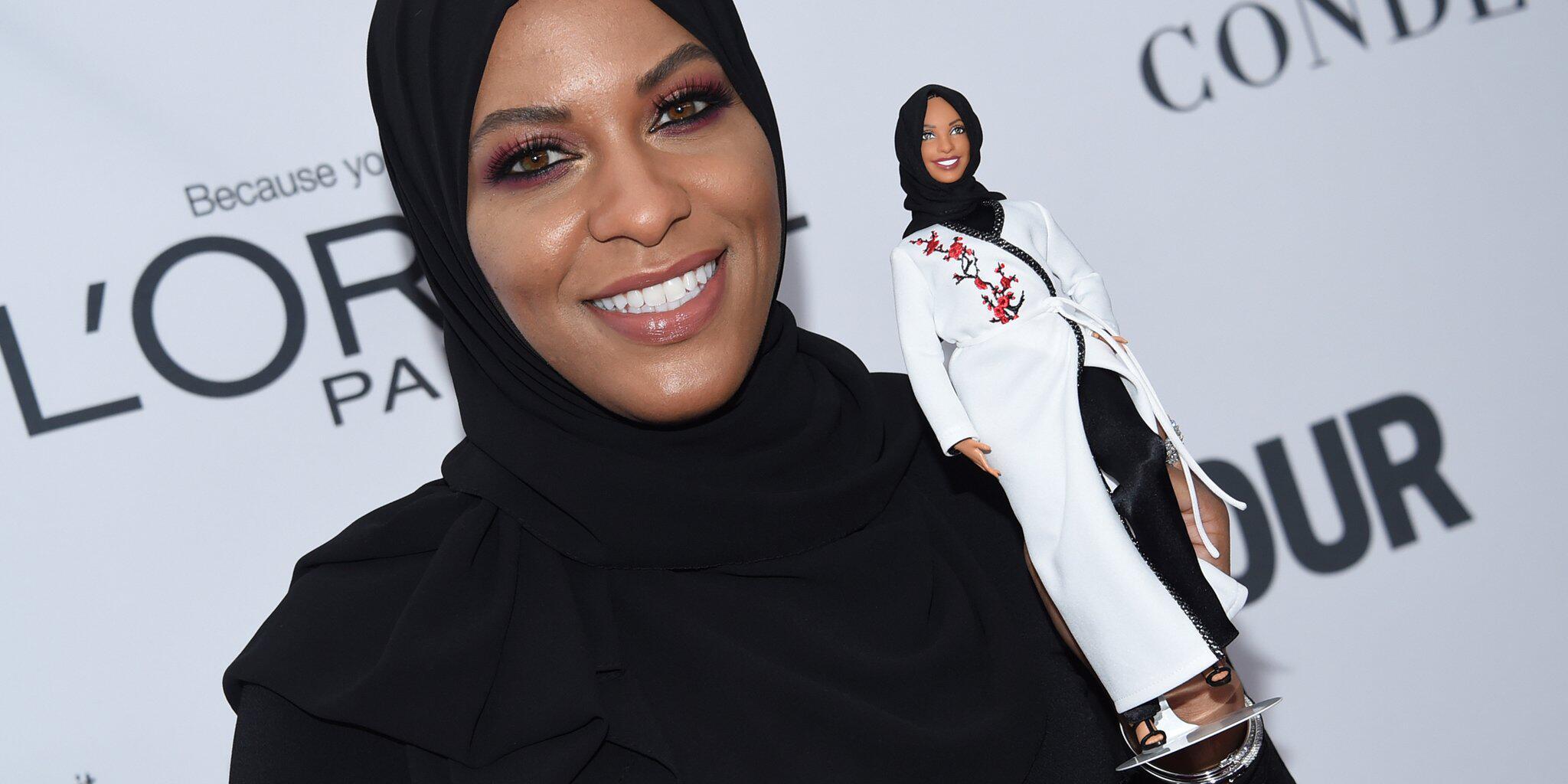 Bild zu Ibtihaj Muhammad zeigt Barbie mit Hidschab