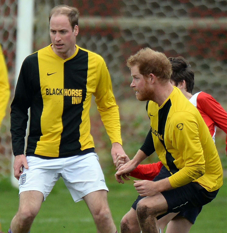 Bild zu Fussball, Prinz Harry, Prinz William, Royals, Weihnachten