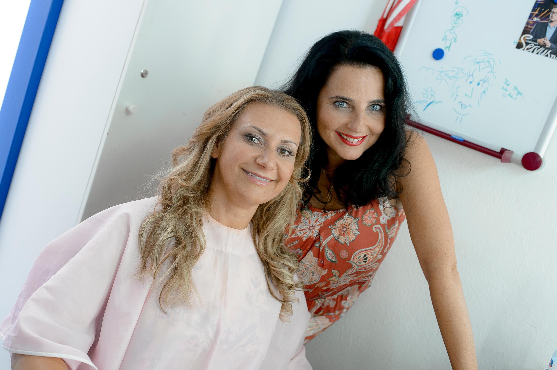 Bild zu Angelika Niedetzky (li., mit Kabarettistin Nadja Maleh)