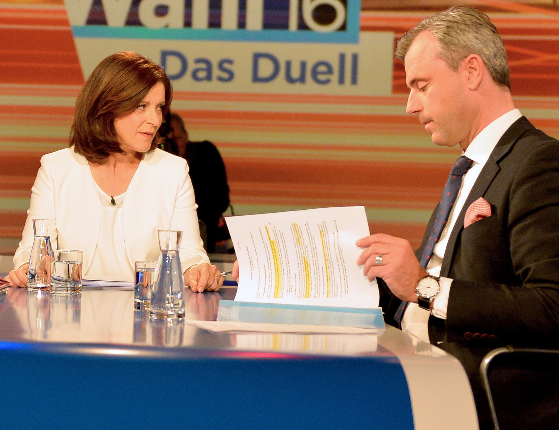 Bild zu Norbert Hofer verteidigte sich im TV-Duell gegenüber Moderatorin Ingrid Thurnher.