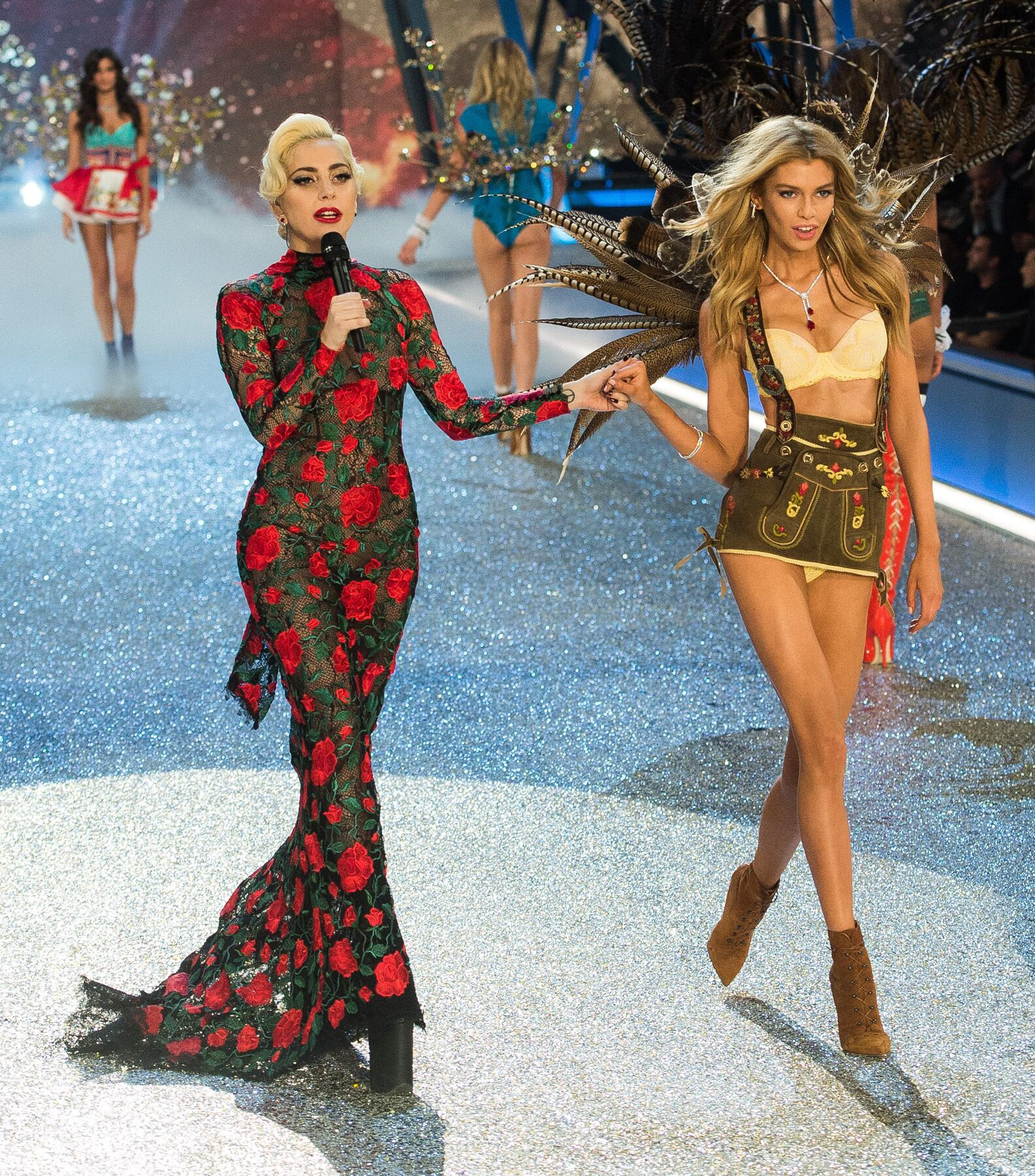 Bild zu Victoria's Secret, Paris 2016, Catwalk, Stella Maxwell, Lady Gaga