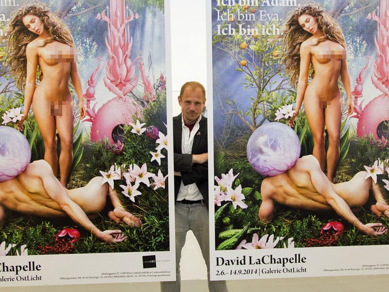 Bild zu Life-Ball-Organisator Gery Keszler posiert mit den Plakaten