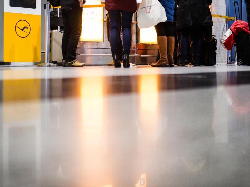 Bild zu Fluggäste warten am Flughafen