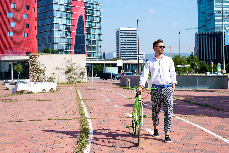 Bild zu Mann mit Fahrrad