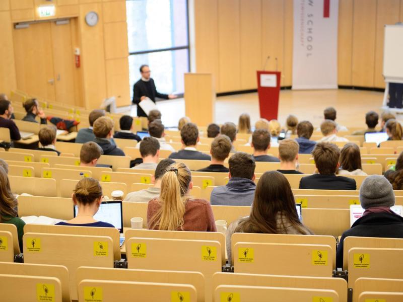 Bild zu Studenten bei einer Vorlesung