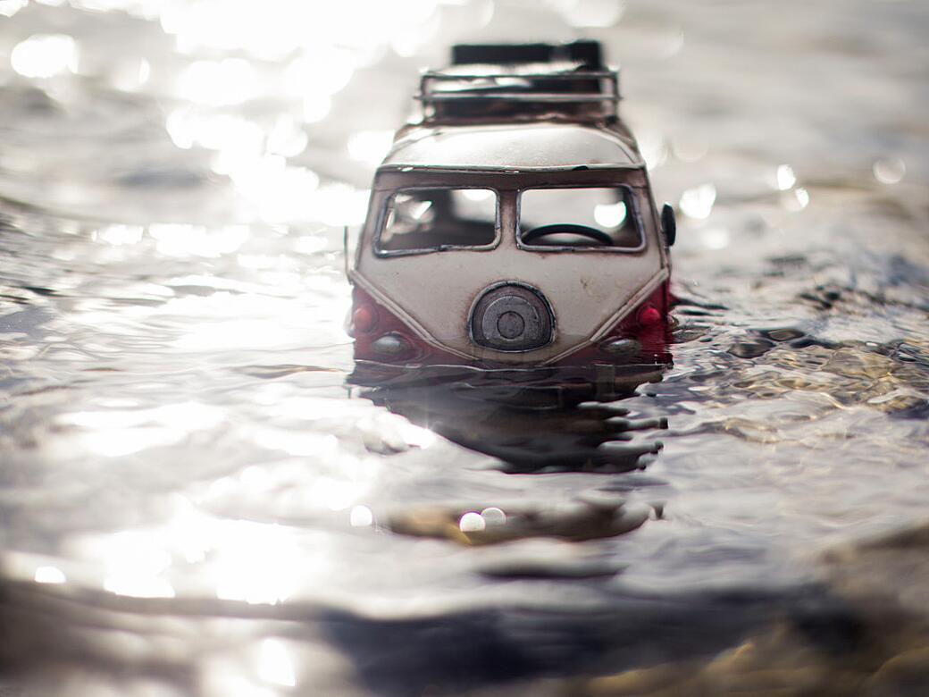 Bild zu VW-Bus im Hochwasser