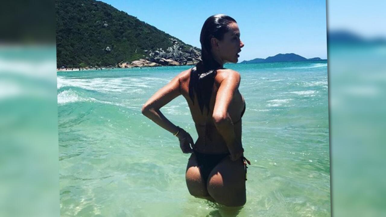 Bild zu Victoria's Secret Star Alessandra Ambrosio feiert sich selbst am Strand