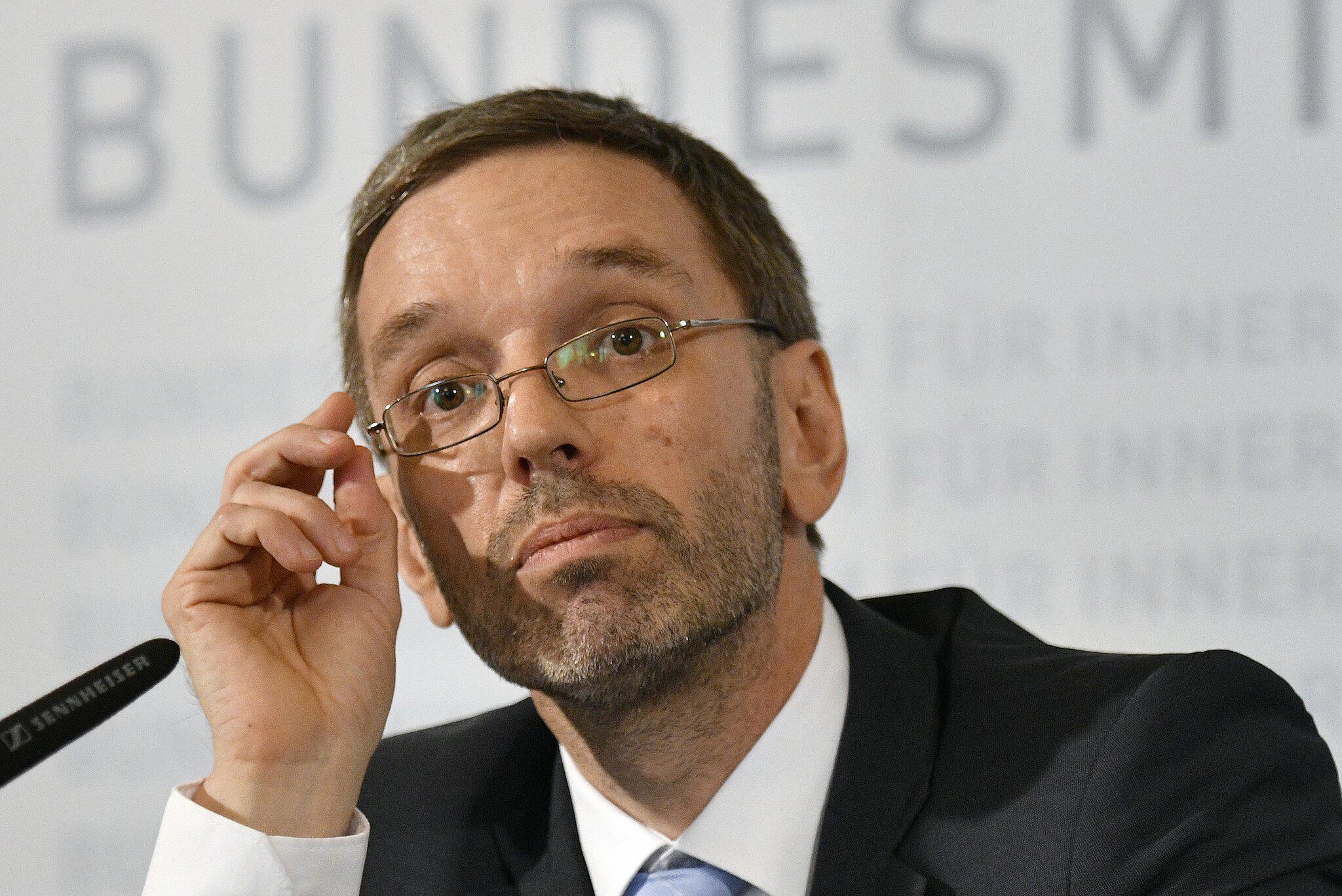 Bild zu Pressekonferenz nach blutigen Vorfällen in Österreich