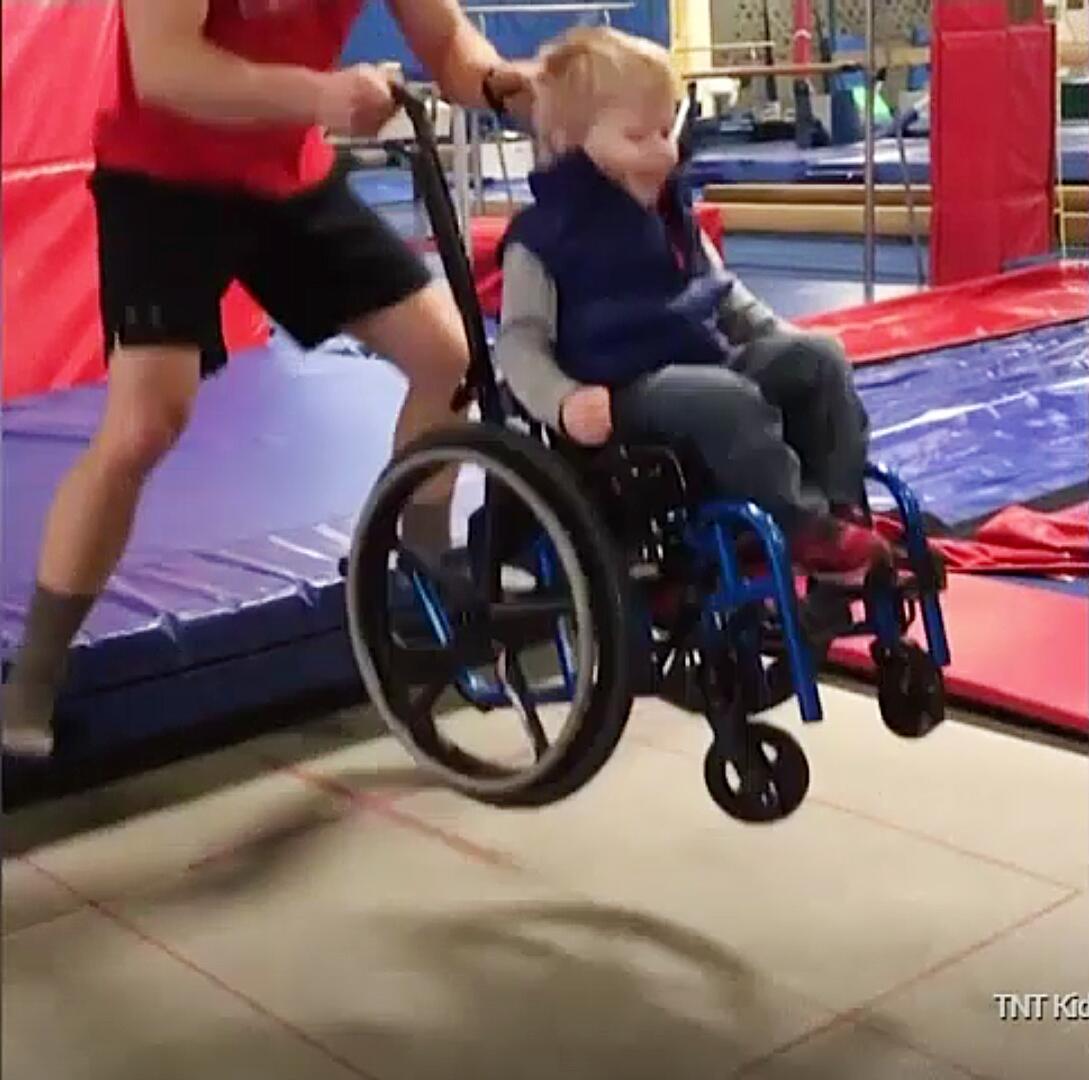 Bild zu Wyatt Burggarff, Spina Bifida, Rollstuhl, Behinderung, Trampolin, Trampolinspringen, Fargo