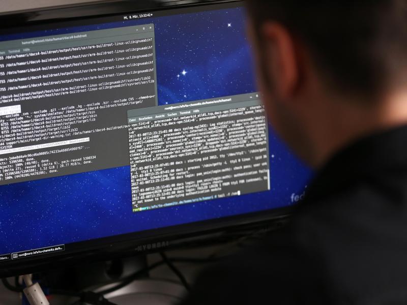 Bild zu Informatiker bei der Arbeit