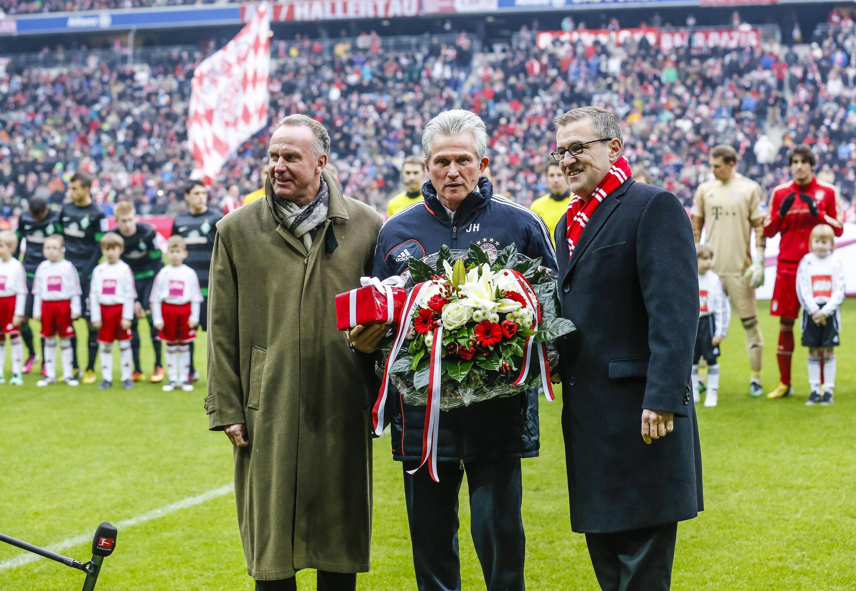 Bild zu Jupp Heynckes, Karl-Heinz Rummenigge, FC Bayern München, Werder Bremen, Ehrung, Blumen, Dreesen