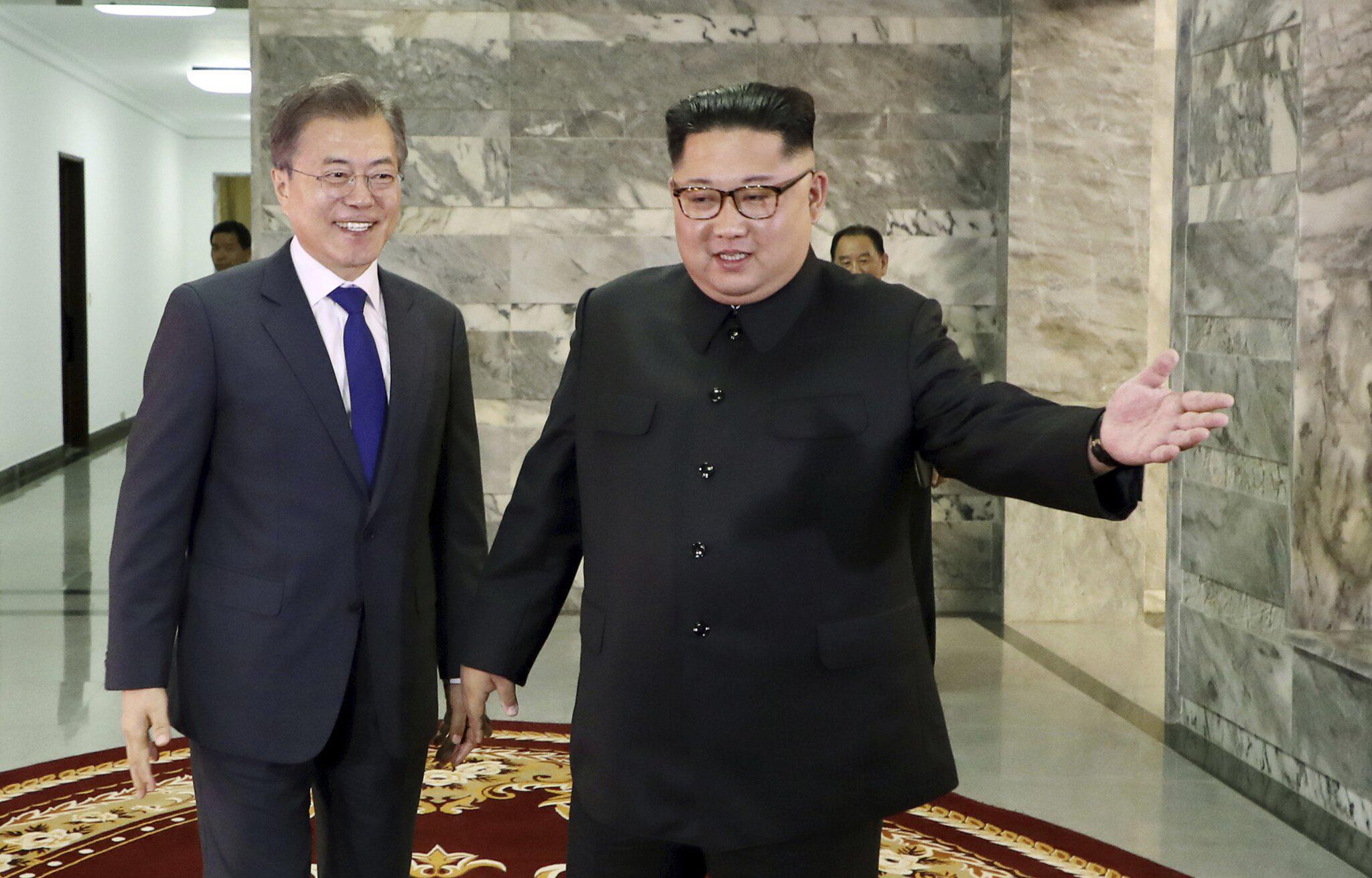 Bild zu Moon Jae-in und KUncredited/South Korea Presidential Blue House via Yonhap/dpaim Jong Un