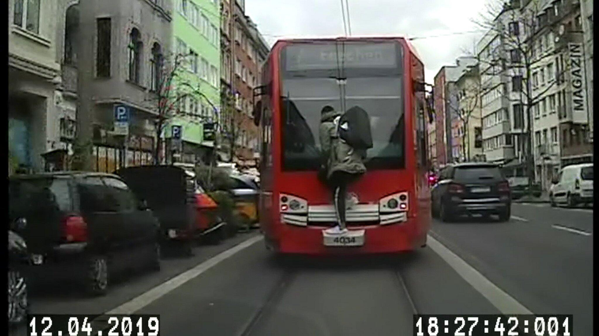Bild zu Mann fährt auf der Straßenbahn-Kupplung mit