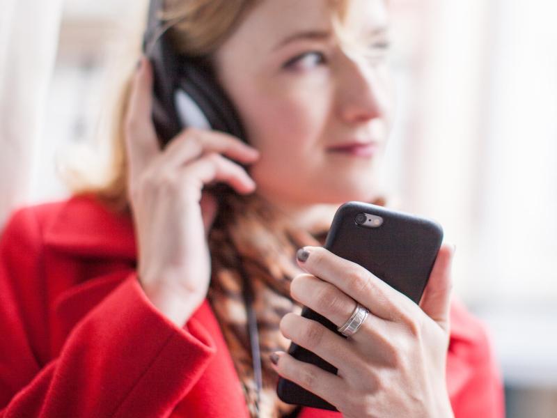 Bild zu Smartphone und Kopfhörer