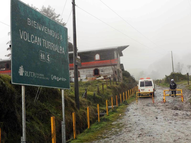 Bild zu Ein Schild weißt auf den Vulkan Turrialba hin