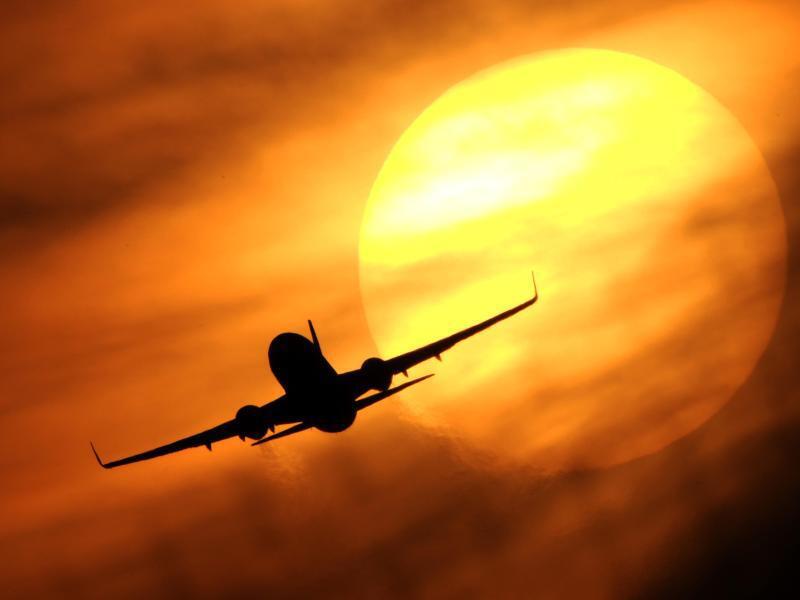 Bild zu Flugzeug vor Sonne