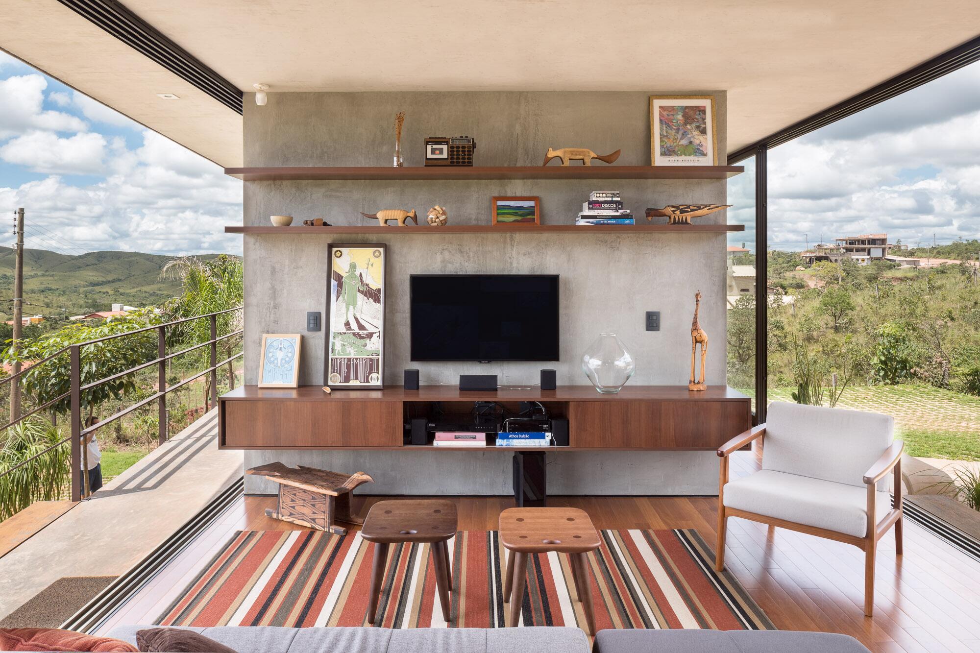 cooles bild wohnzimmer:Moderner Stilmix: Cooler Industrial-Style trifft auf warme Holztöne.