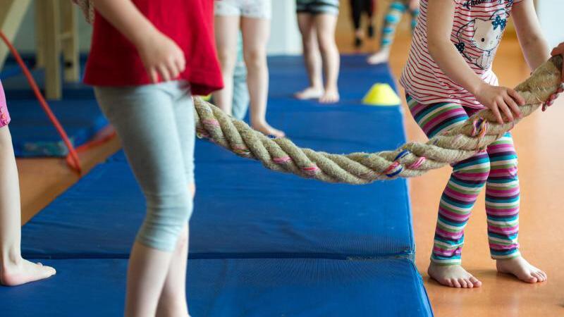 Kinder beim Sportunterricht